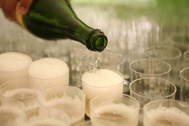 champagne pour glasses